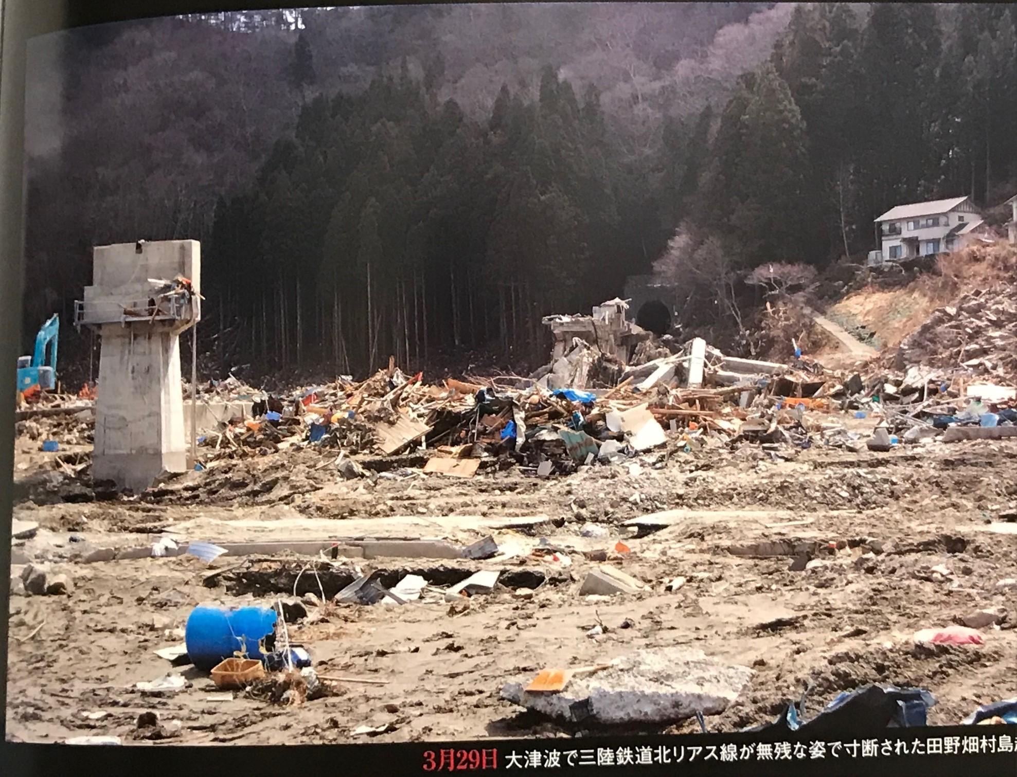 2011年3月29日の島越駅付近(岩手日報「平成の三陸大津波」より)