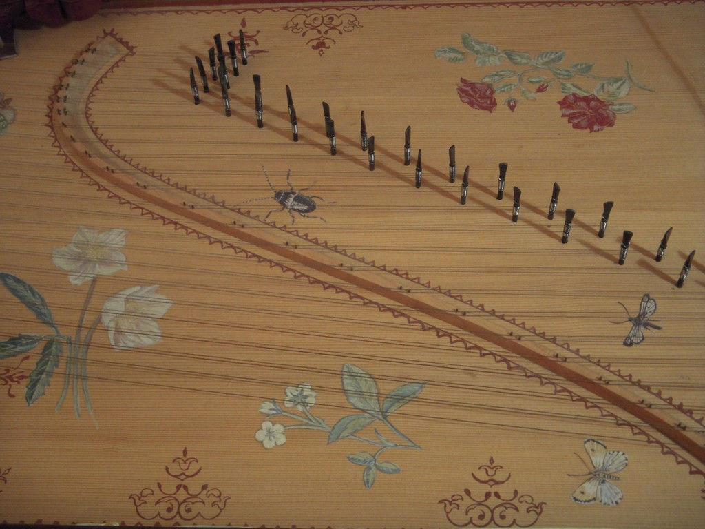 la tavola armonica, decorata da Corinna Bom