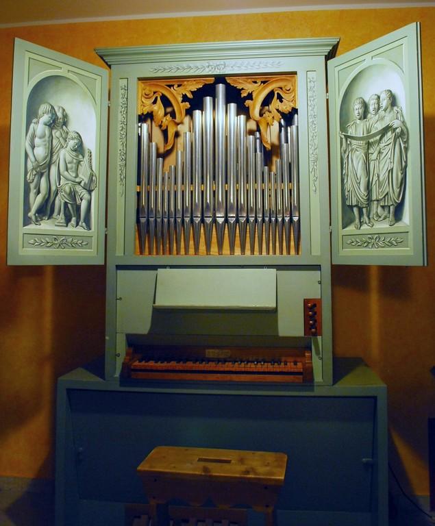 organo da camera, su modello italiano del '700 (costruttore P. Tollari, Modena 1990)