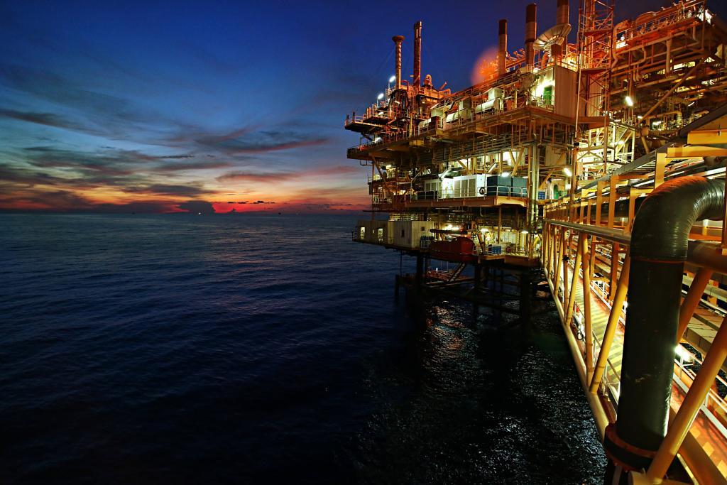 Offshore Plattform bei Nacht