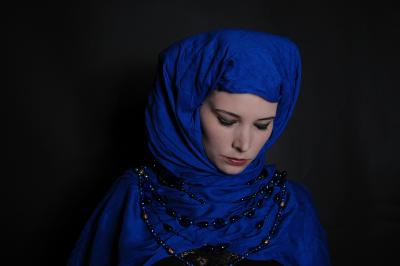 Frau mit blauem Kopftuch (Clarissa Schwarz / pixelio.de )