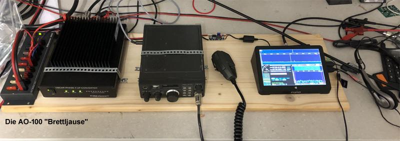"""Deswegen nennt man unseren Dachverband auch """"VersuchsSenderVerband"""" - weil die meisten Projekte als Haufen von Komponenten anfangen :-) Im Bild sieht man Rechts den MiniPC mit HDSDR und RTL-Stick als Empfänger bzw. den FT-290 und Upconverter für TX."""