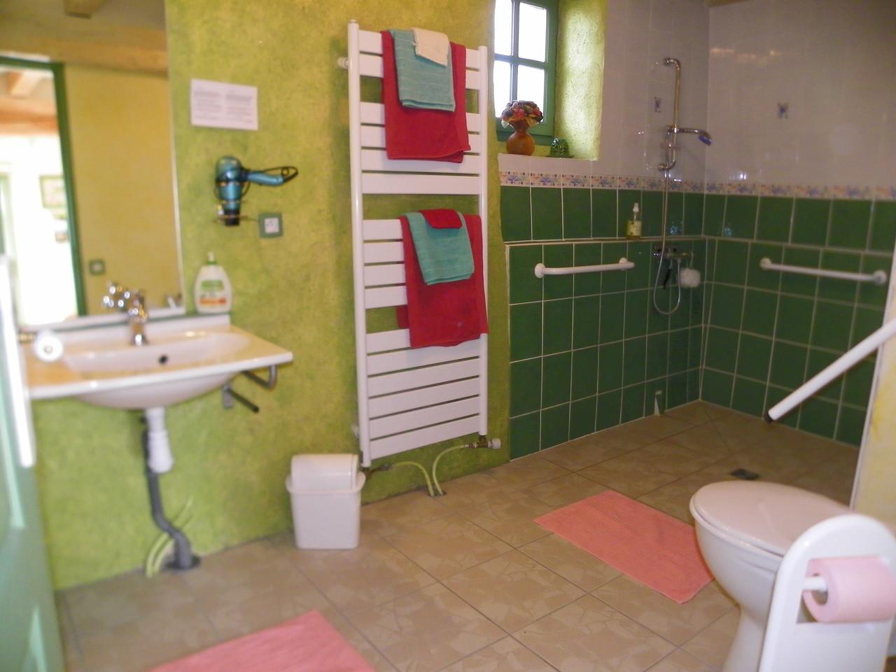 la salle de bain de la chambre Mahonia très spacieuse