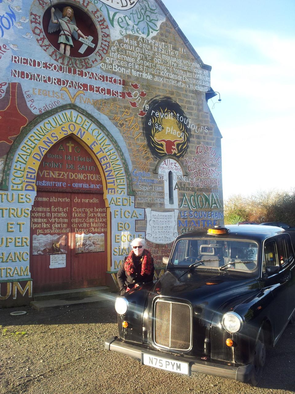 Sylvie et son taxi cab devant l'église de Ménil Gondouin