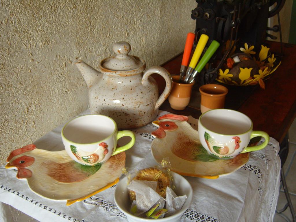 son plateau de courtoisie avec thé, café et infusions