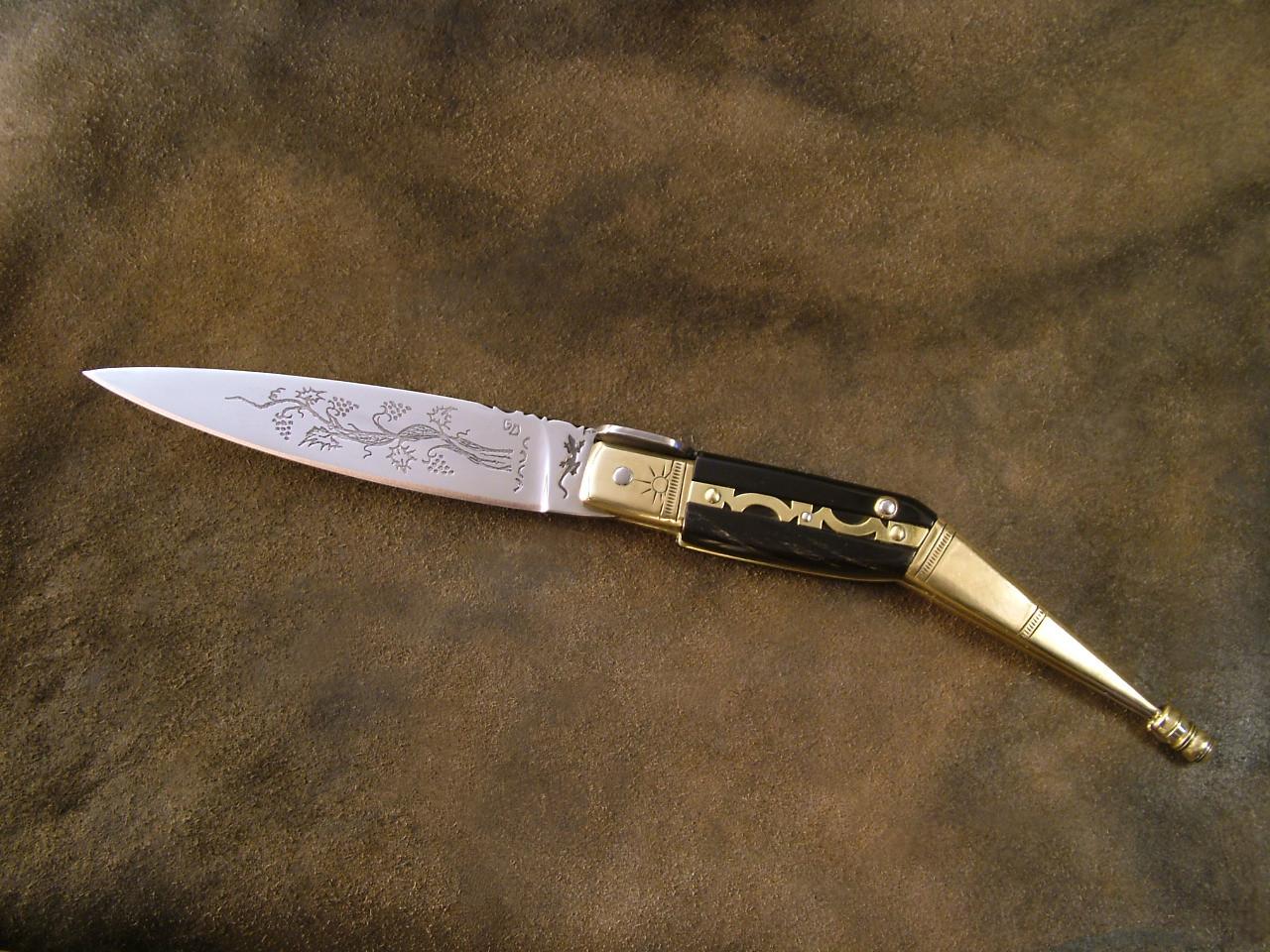 Couteau Catalan, longueur totale 27,7cm, lame 12,5 cm, fermé 15,5 cm. Acier XC75, ressort en Z20C13. Côte en corne de Buffle, platines, mitres et talons en laiton.