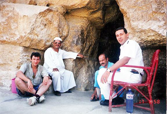 En la entrada de la Gran Pirámide 1993 - Dankh