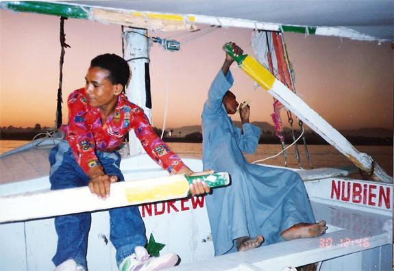Navegando en falucho por el Nilo.Ese viaje reme con uno de los chicos una media hora aproximadamente,en el mismisimo Nilo !!!- Luxor - Dankh