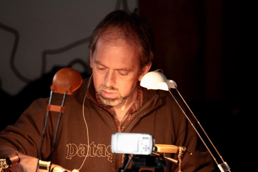 Martin Gerber beim Fliegenbinden