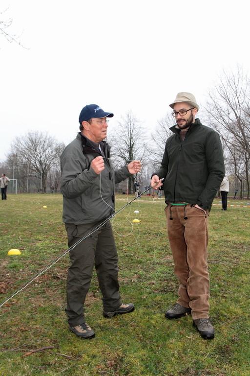 Dieter Weiler (links) beim unterweisen von Mitsch