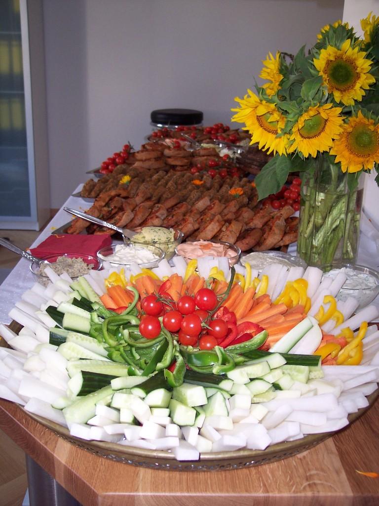 Gemüsesticks mit verschiedenen Dips