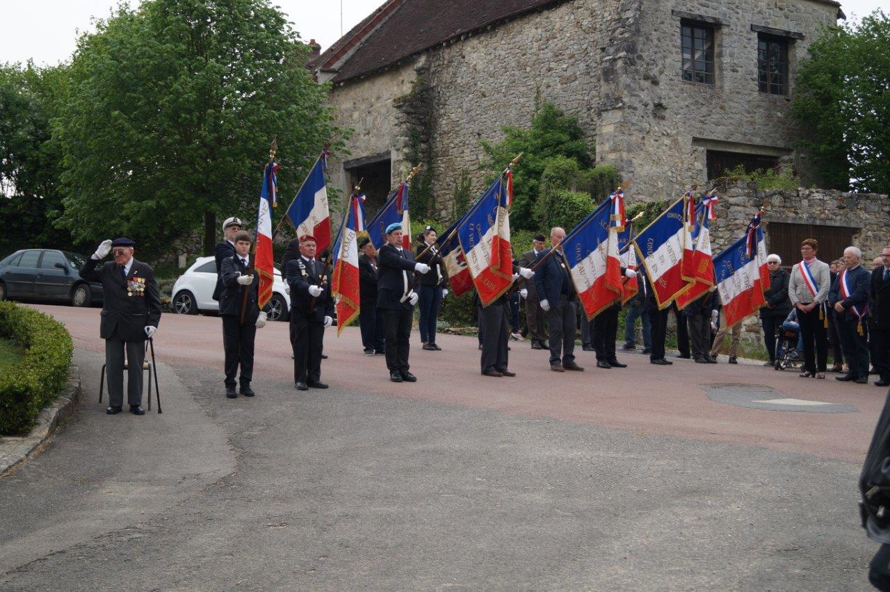 Le président honoraire Georges Pottier, à gauche, et les adhérents de l'associaion nationale des porte-drapeaux, anciens combattants et vétérans de France.