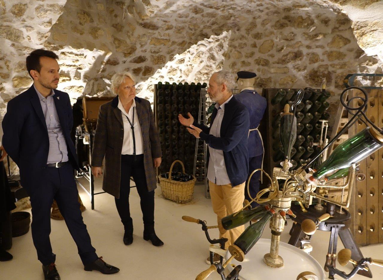 Franck Météyer présente, à travers d'anciens outils, l'histoire de la Champagne et du champagne à Sébastien Eugène et Pascale Sebille.