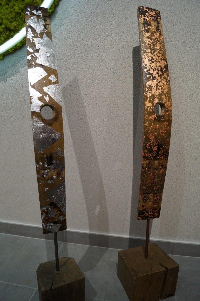 Caroline Brun expose quatre douelles. Une douelle, ou douve, est une pièce en bois de chêne qui forme avec d'autres la paroi des tonneaux.