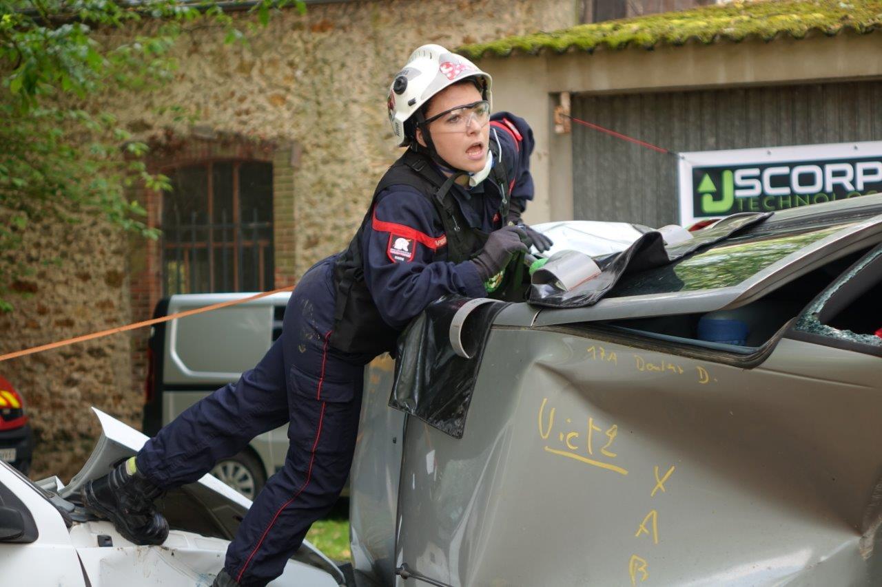 Un sapeur-pompier est attaché à la prise en charge de la personne coincée à l'intérieur du véhicule.