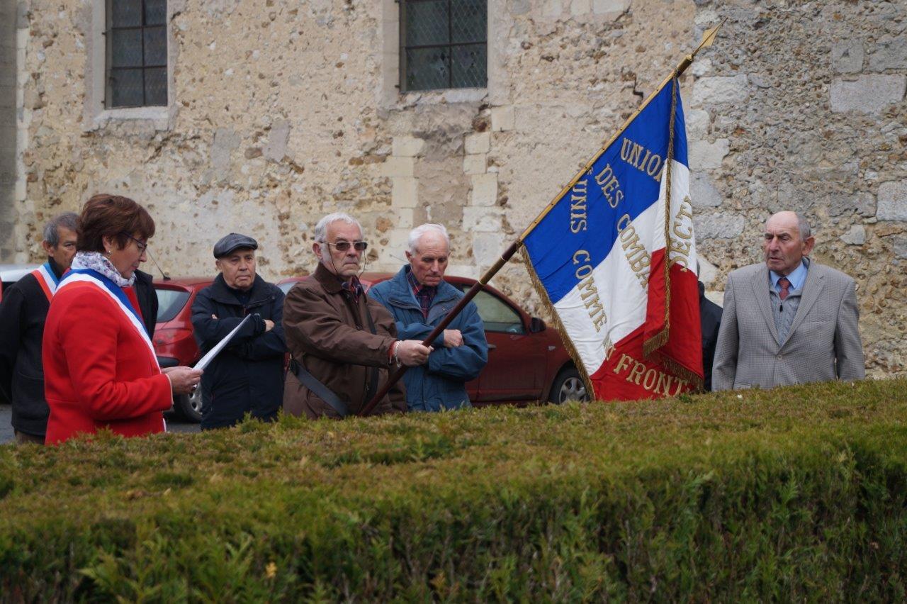 Au premier plan : Jacqueline Picart, Jacques Cernet (porte-drapeau), et Bernard Roulot, président de l'association des Anciens Combattants.