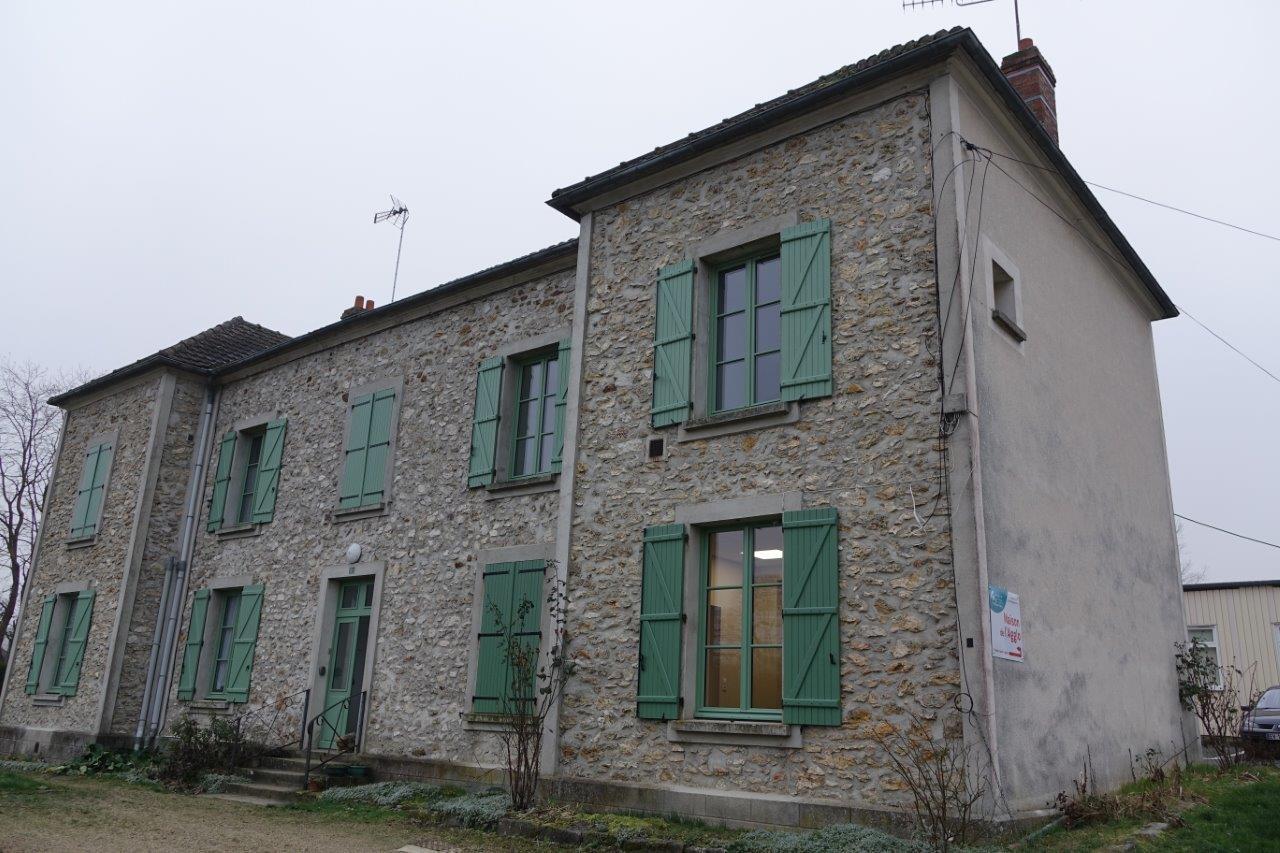 La Maison de l'Agglo est située au rez-de-chaussée (là où il y a de la lumière) d'un bâtiment communal...