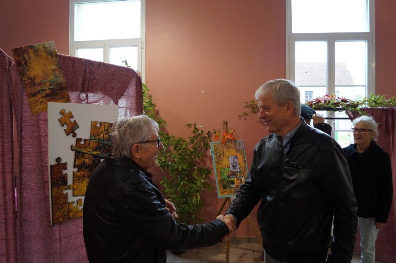 A droite, Eric Assier, maire de Condé-en-Brie, fut parmi les premiers visiteurs...