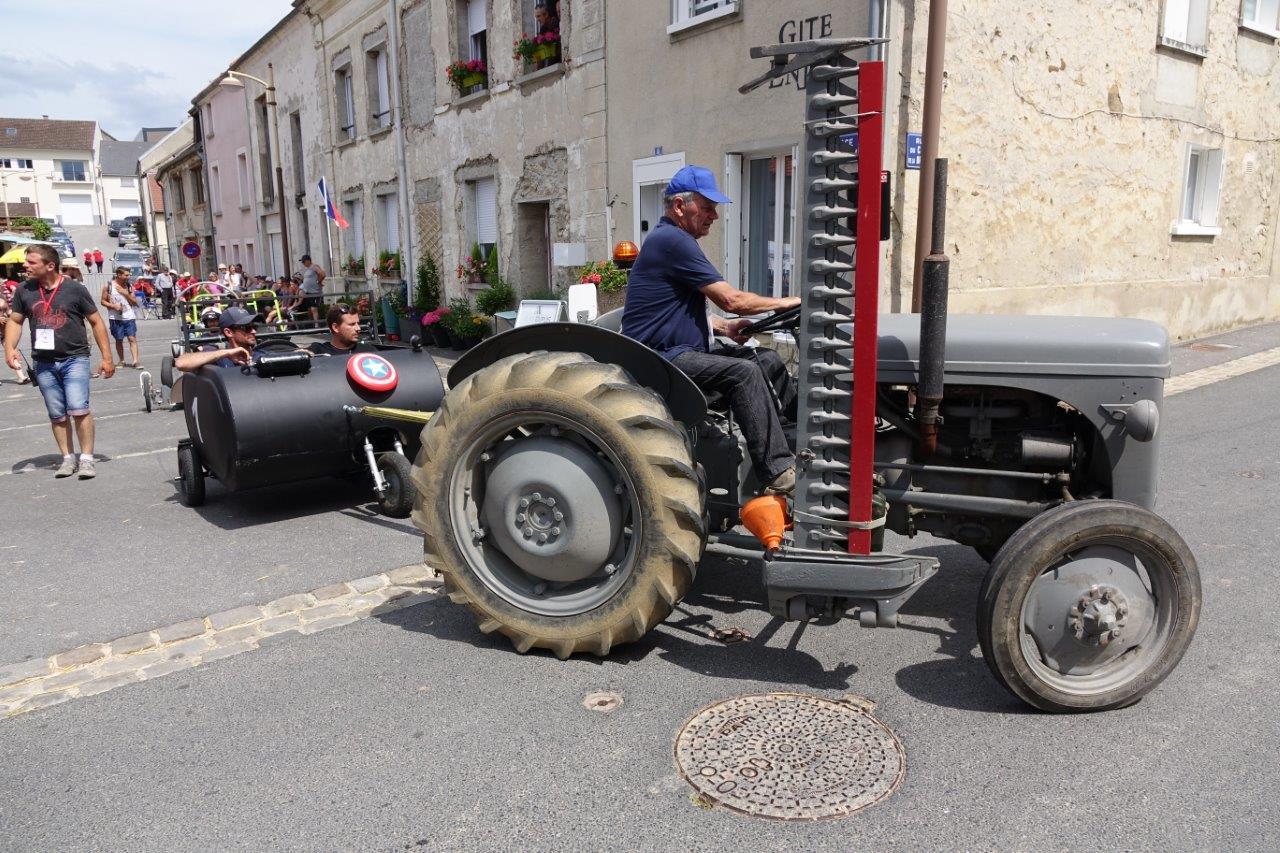 Des tracteurs anciens, appartenant à deux collectionneurs du Sud de l'Aisne, remontent les caisses à savon au départ...