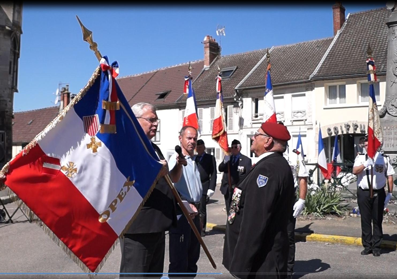 Christian Bruyen remet le drapeau des OPEX -pour opérations extérieures- à Michel Brisset.