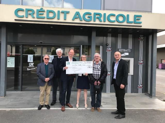Remise du chèque de la Fondation du Crédit Agricole Nord Est dans le cadre de l'achat du Mercedes Unimog. Le masque de protection a été retiré le temps de la photo.