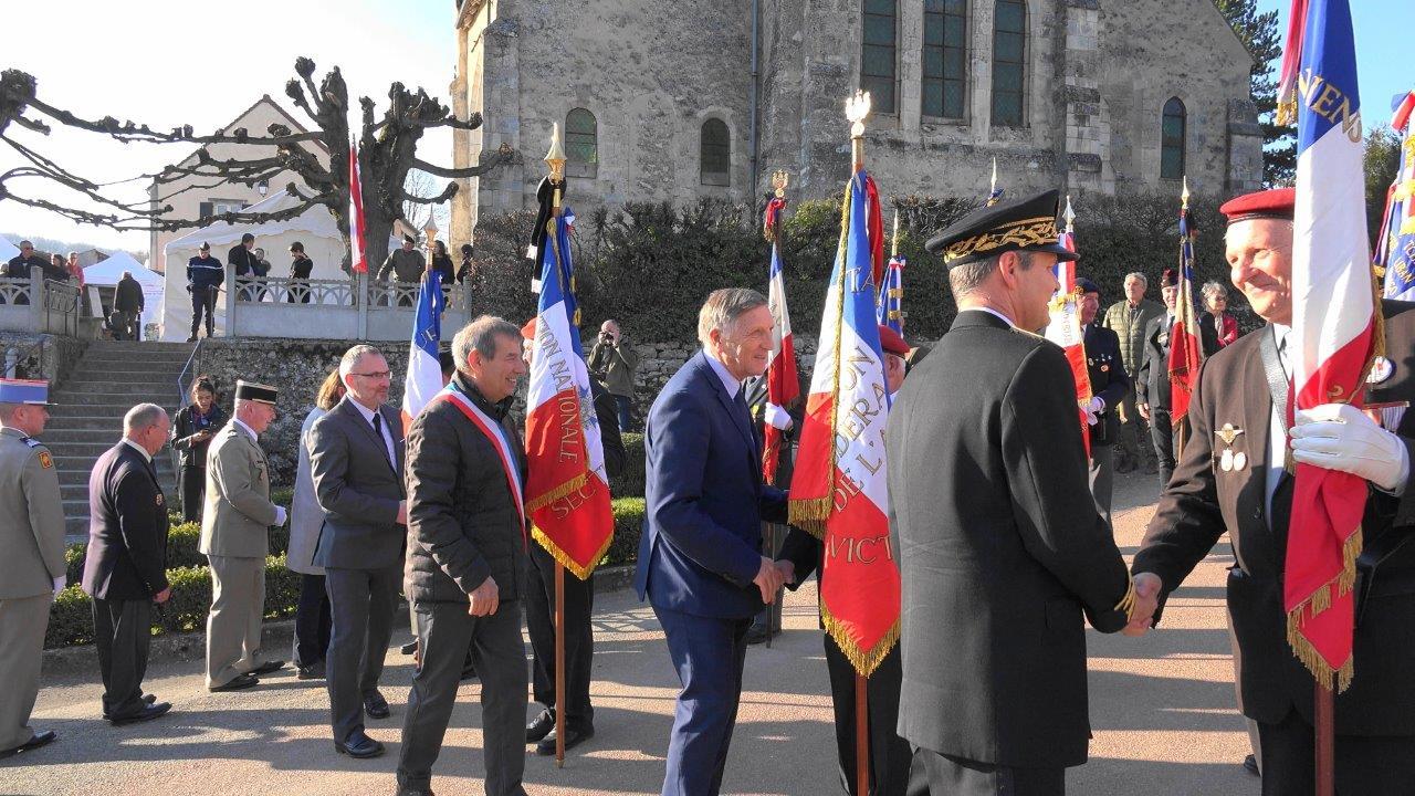 Les personnalités saluent les porte-drapeaux...