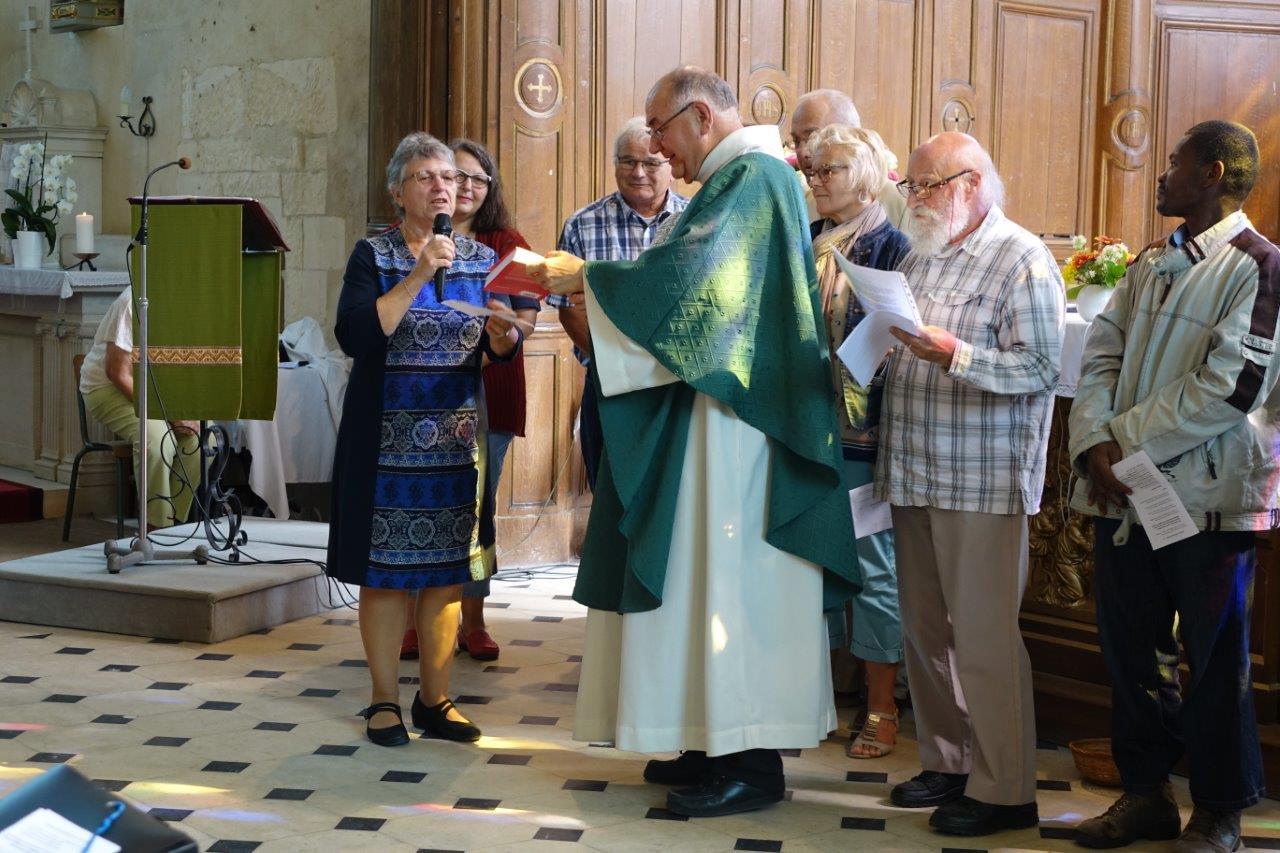 Des cadeaux sont offerts au prêtre à l'issue de la messe.