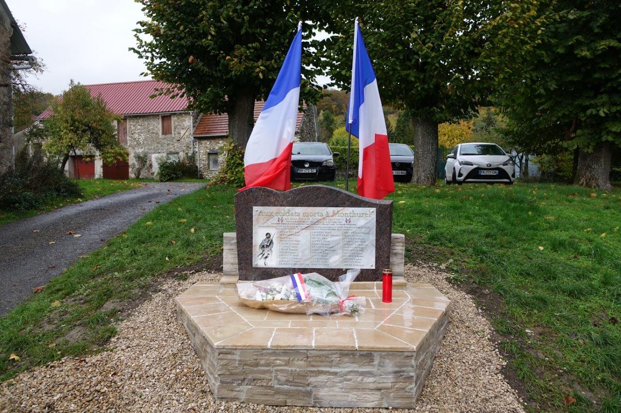 A droite : Une bougie funéraire a été déposée par Sylvain Billon. En Allemagne, c'est une tradition que de déposer une bougie funéraire sur la tombe d'un proche.