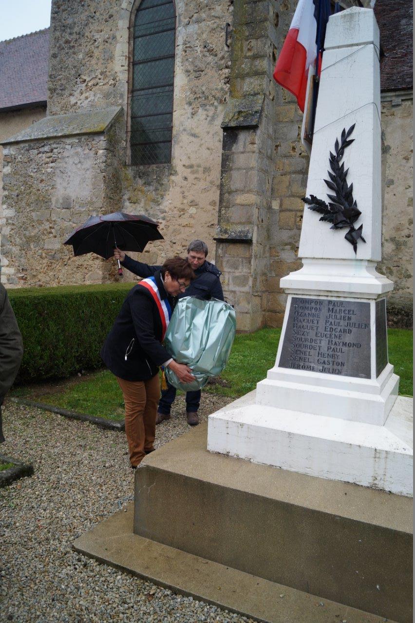 La maire déléguée Jacqueline Picart dépose une gerbe au pied du monuments aux morts.
