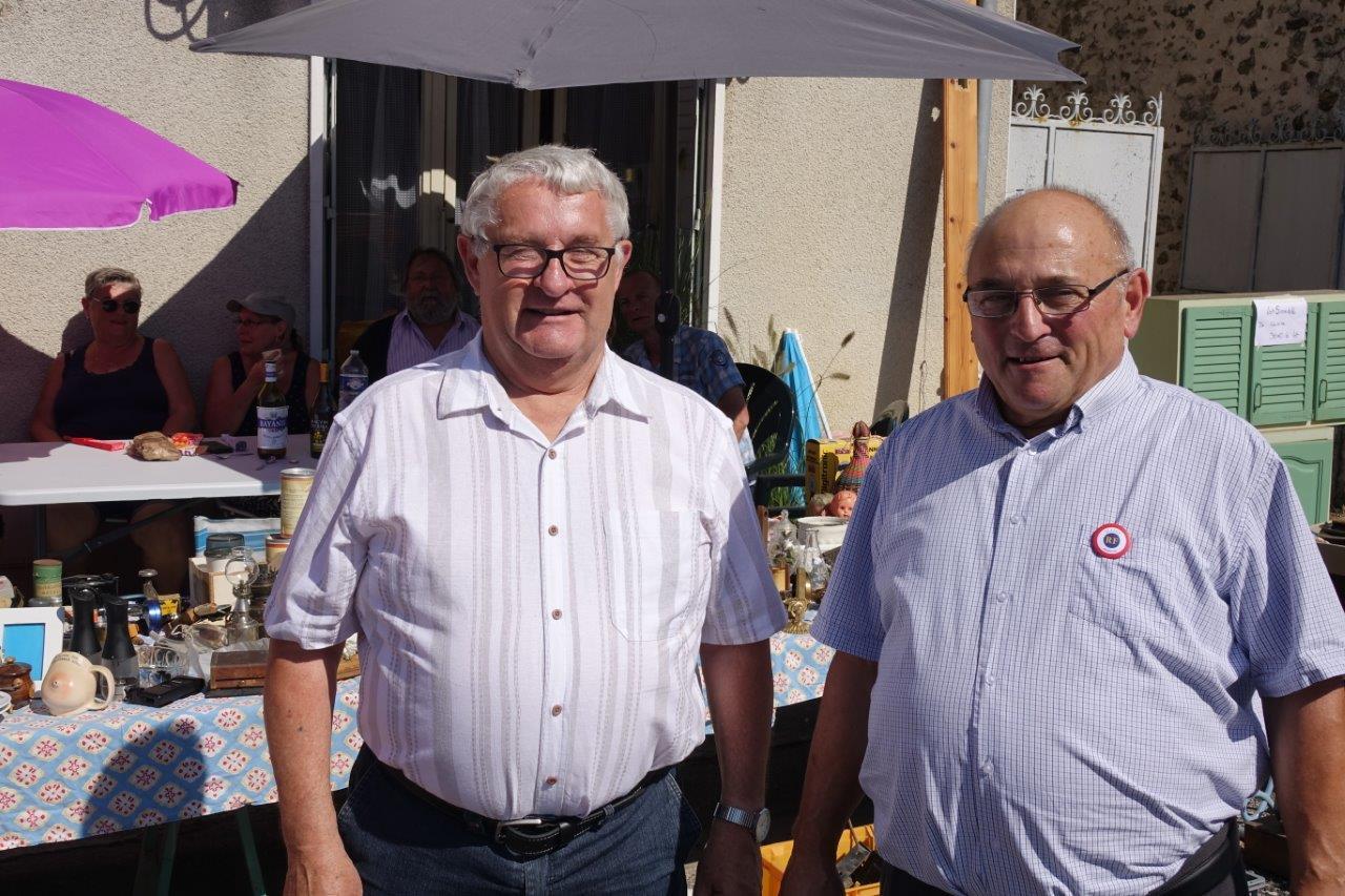 De gauche à droite : Alain Mauroy, maire de Dhuys-et-Morin-en-Brie, et Ghislain Dadou, maire délégué d'Artonges, ont honoré de leur présence la brocante annuelle.