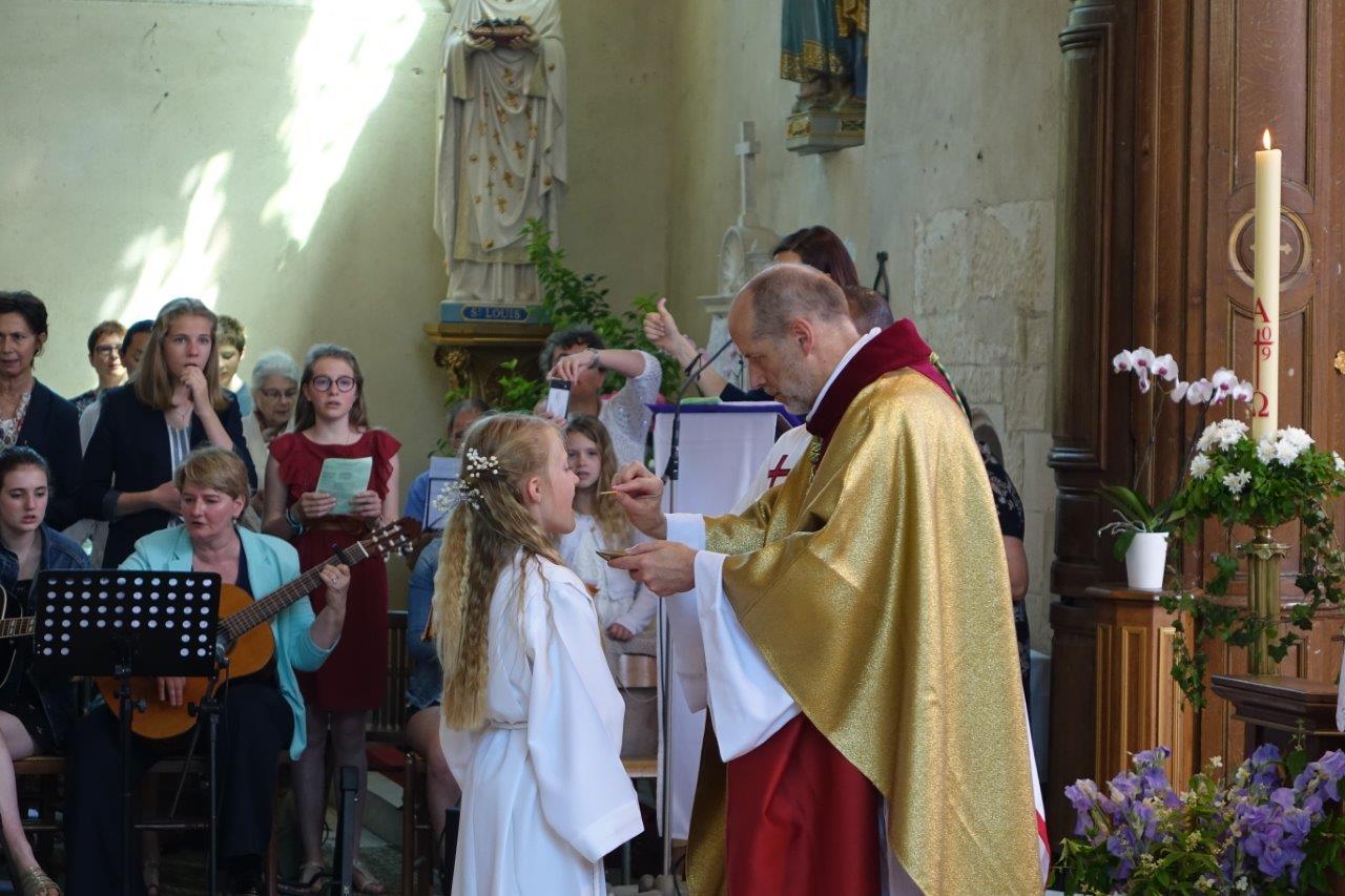 ... et la communion sont les trois sacrements de l'initiation chrétienne.