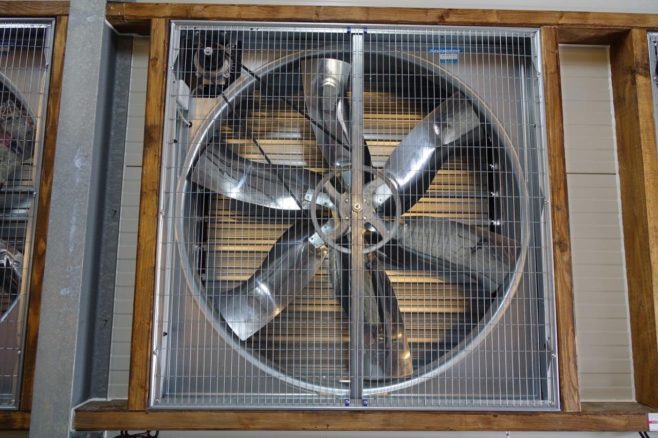 La ventilation du bâtiment est complétée par la présence de huit ventilateurs d'air, extracteurs.