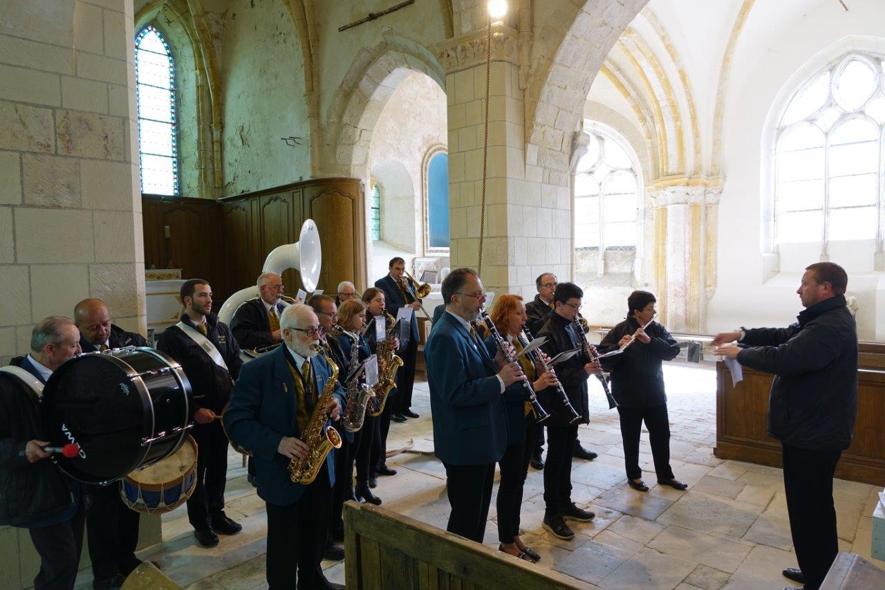 ... et de la Musique municipale de Dormans, dans le département de la Marne, rehaussent la cérémonie...