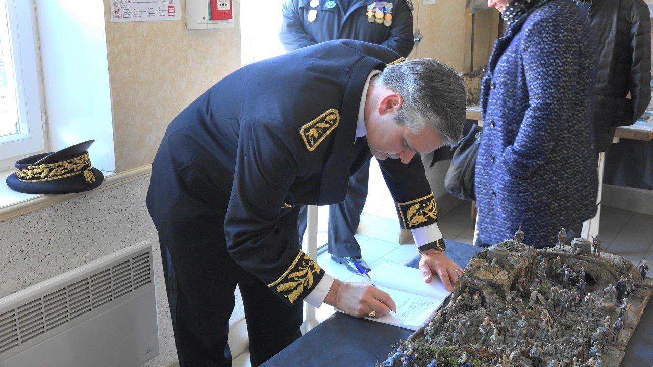 Le sous-préfet Ronan Léaustic signe le Livre d'Or de l'exposition présentée par Christian Leclère.