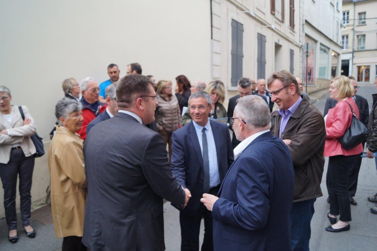 A gauche : arrivée d'Antoine Lefèvre, sénateur-maire de Laon.