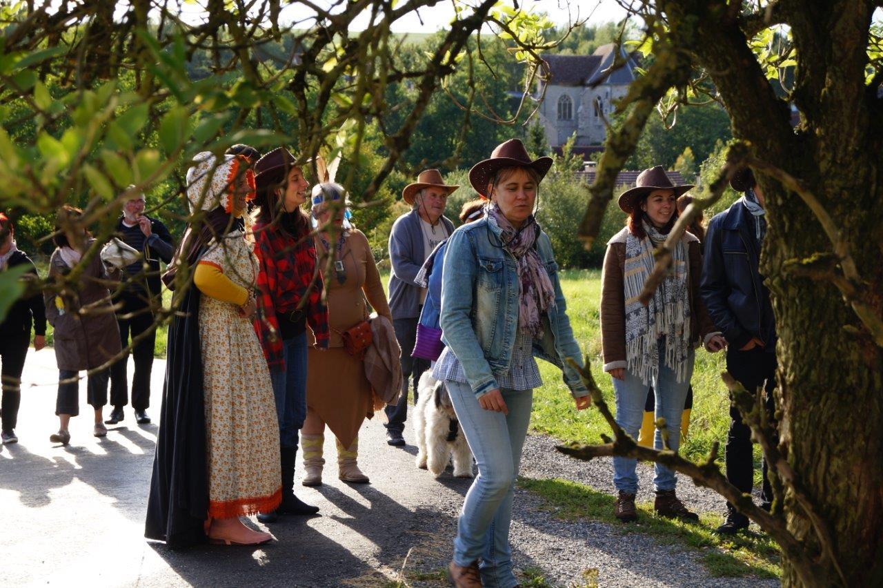 C'est la tradition : arrêt chez un habitant du bourg afin de rejouer un p'tit bout de scène du spectacle de la Pentecôte.