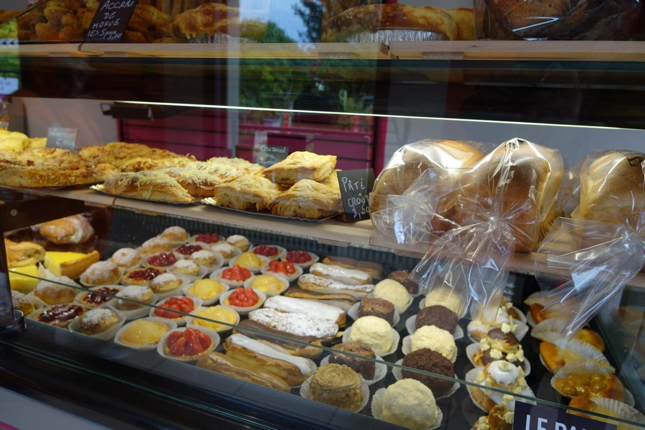 Les gâteaux s'exposent derrière les vitrines réfrigérées.