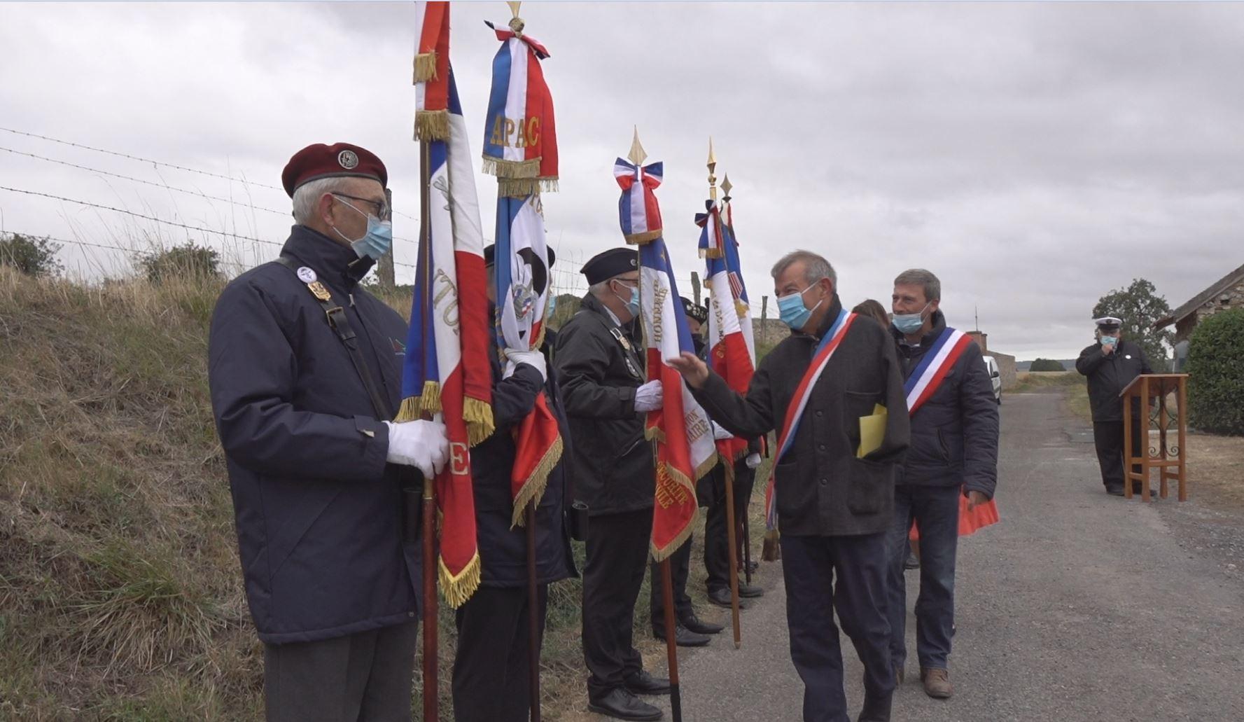 Les élus saluent les porte-drapeaux...