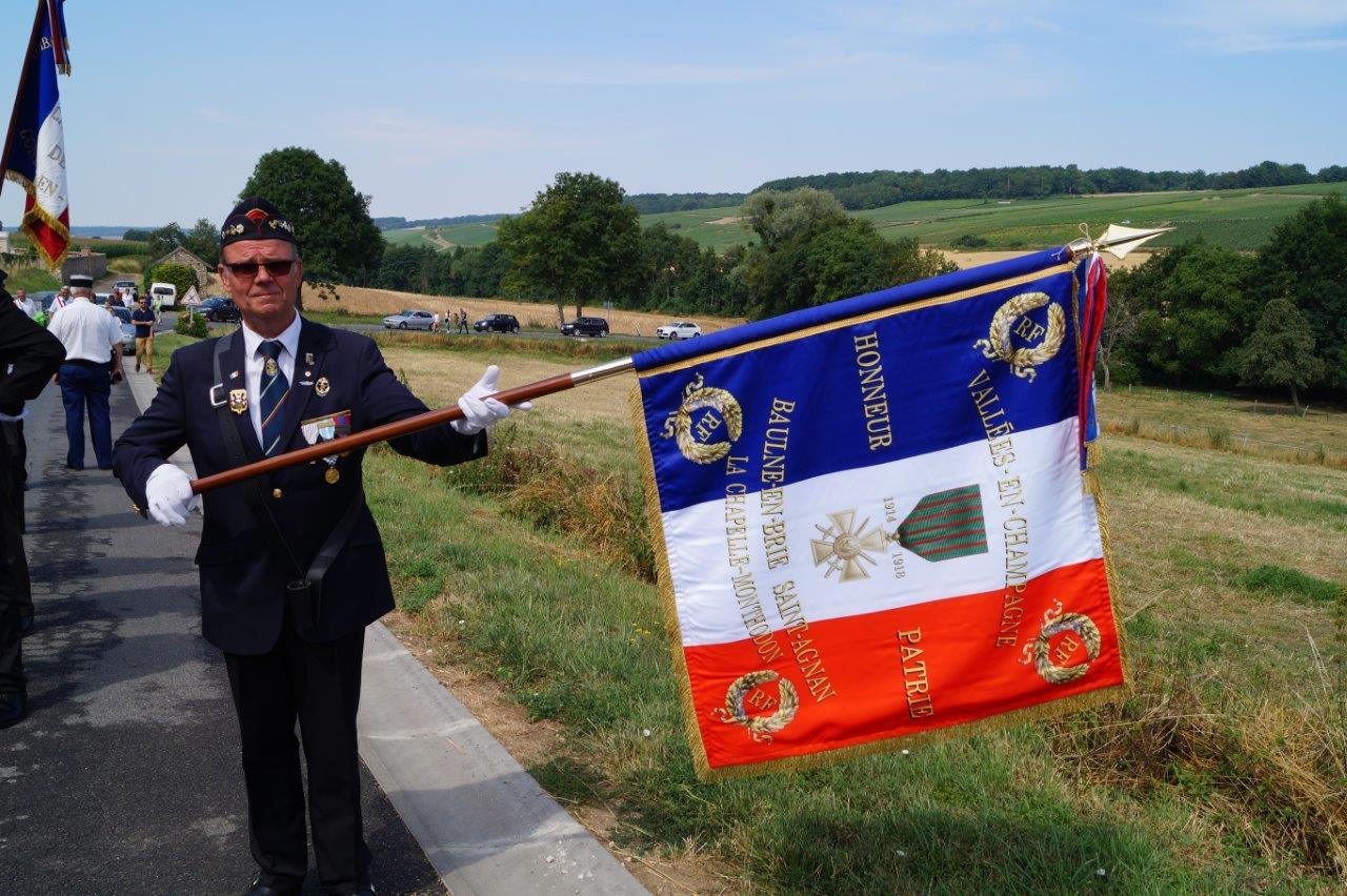 Marcel Dartinet, ancien combattant et adjoint au maire de Vallées-en-Champagne, porte désormais le drapeau de la commune nouvelle.