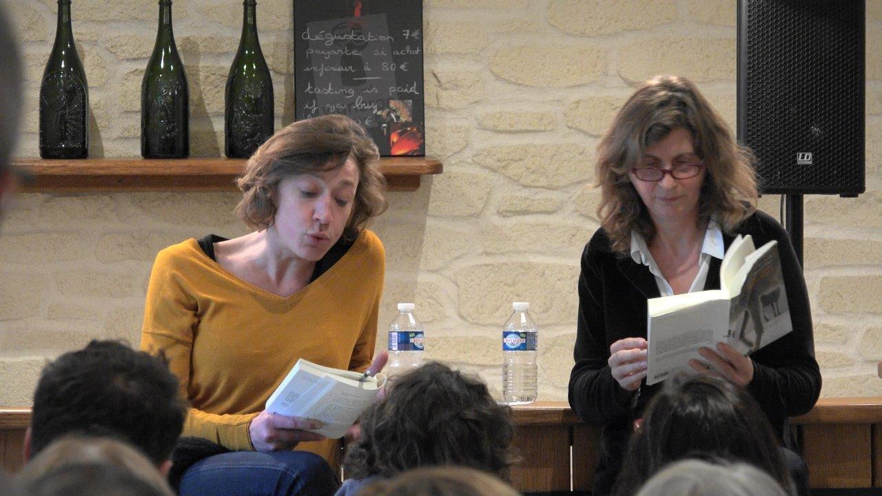 """De gauche à droite : Julie Moulier et Olivia Rosenthal plongées dans la lecture de """"Que font les rennes après Noël ?"""""""
