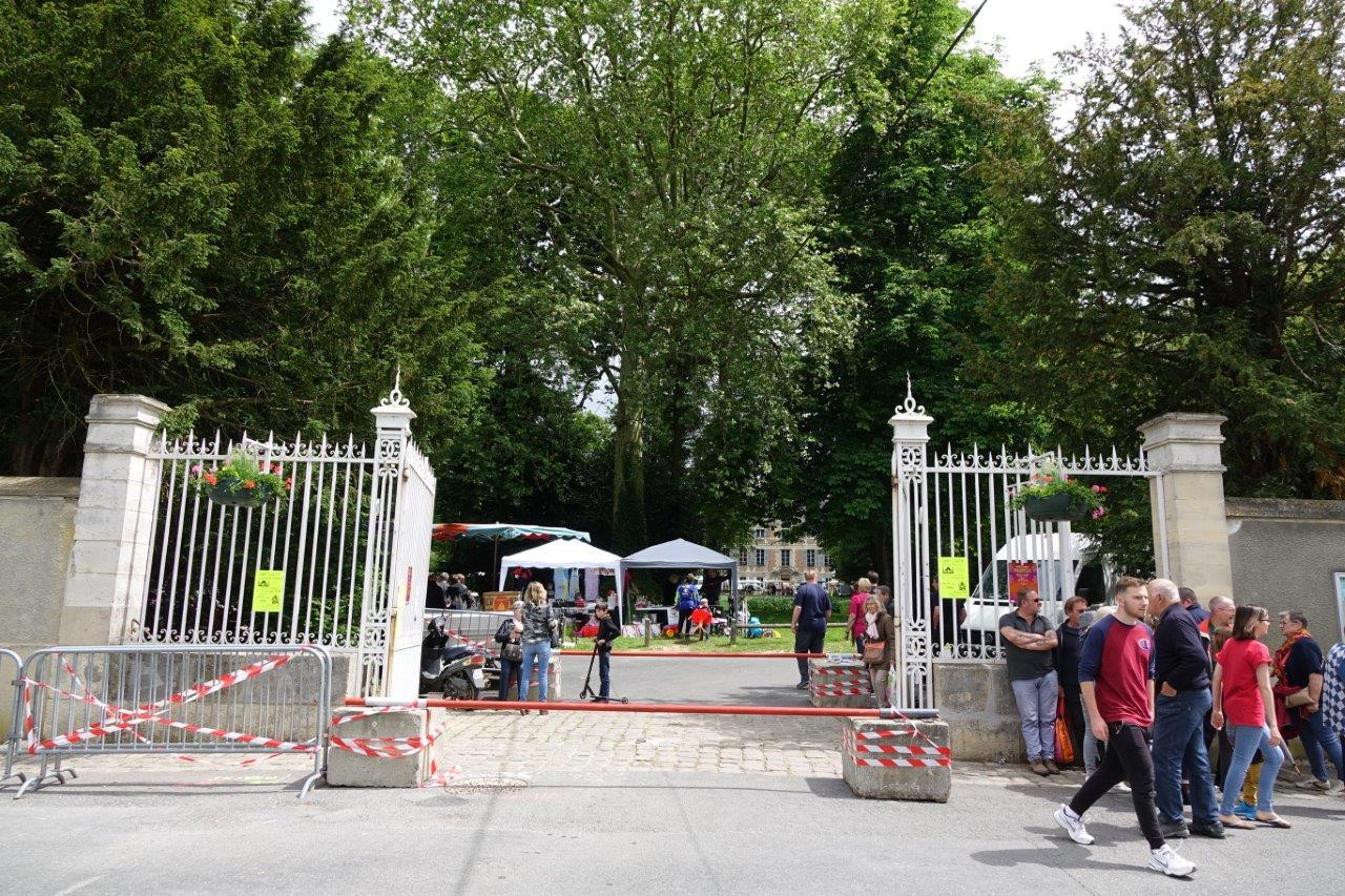 L'entrée du parc du château est sécurisée par quatre cubes de béton, reliés par des barres d'acier.
