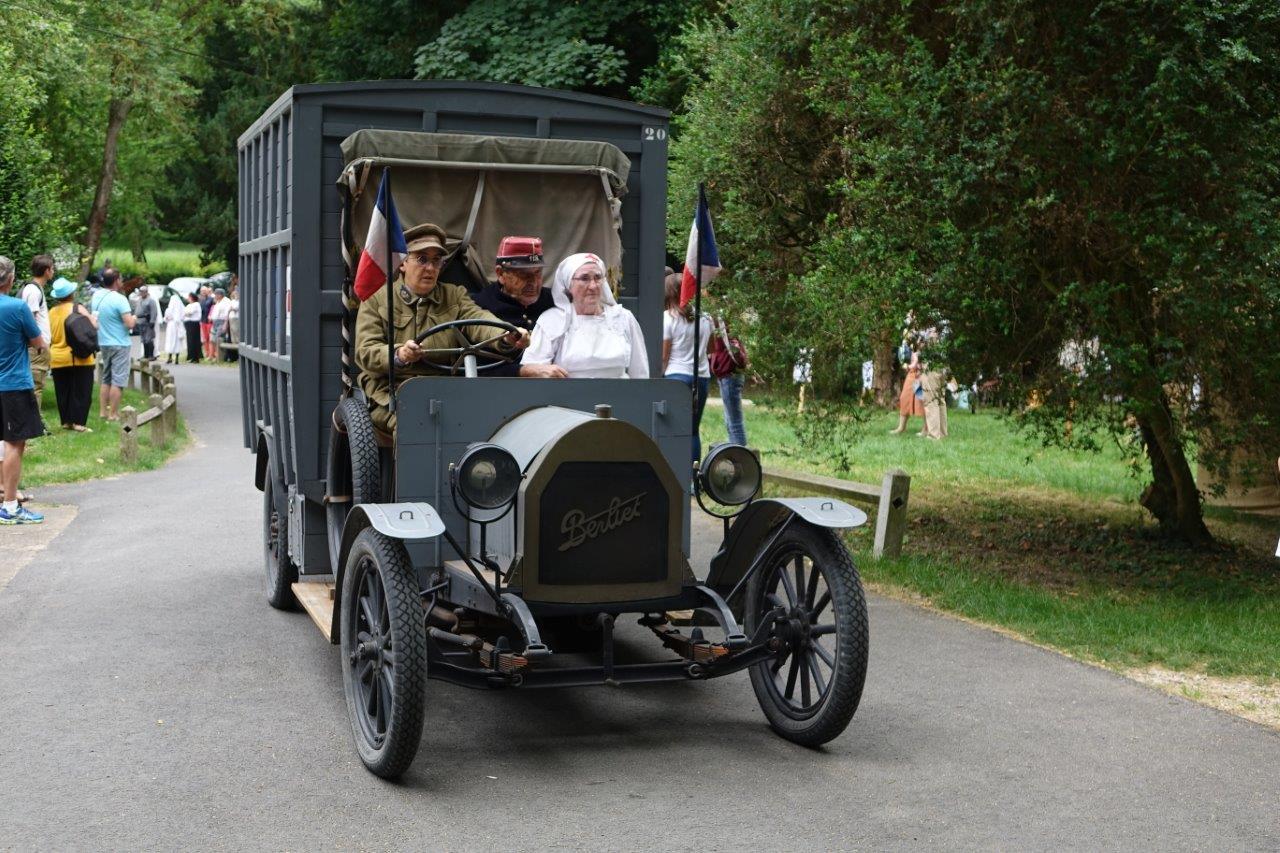 Les reconstitueurs quittent le parc du château et vont défiler dans les rues de Dormans...