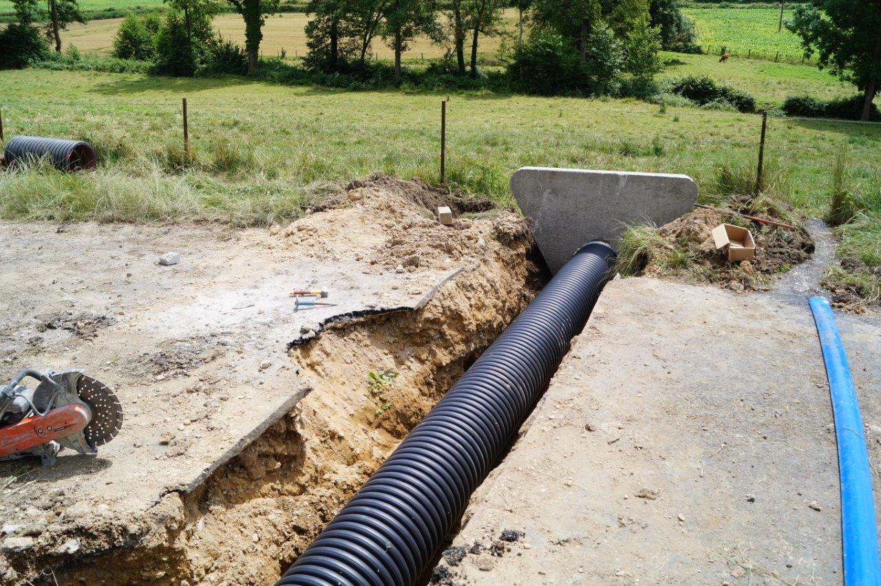 Un tuyau annelé en PEHD d'un diamètre de 400mm est mis en place.