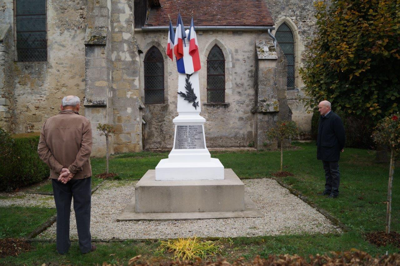 L'appel aux morts pour la France revient à Bernard Roulot (de dos) et Alain Destouches (à droite), adjoint à la maire déléguée de La Chapelle-Monthodon..