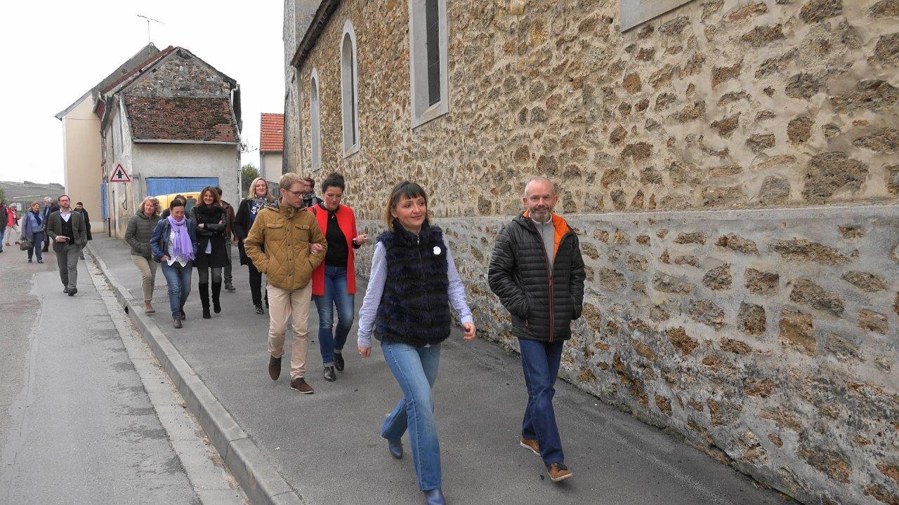 En route vers le pressoir, Anna et Franck Météyer se muent en guides touristiques...
