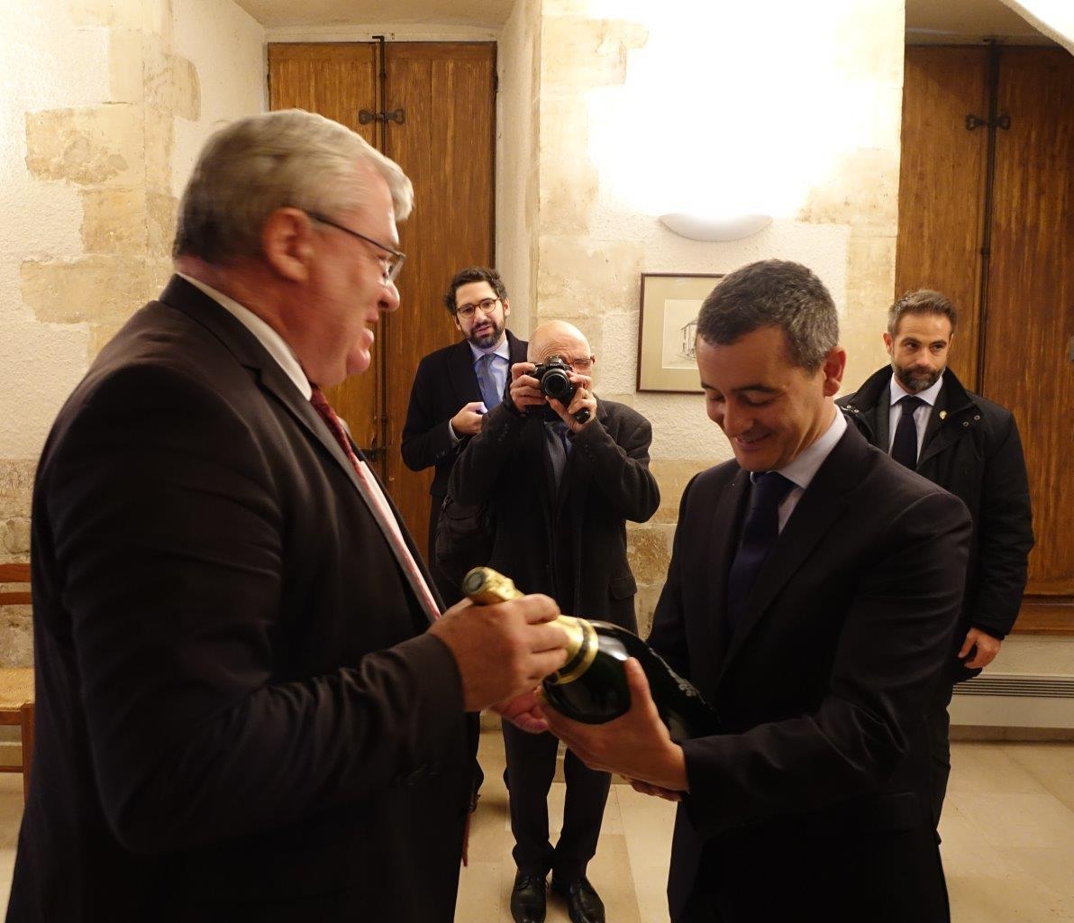 Le Ministre est rentré à Paris avec un jéroboam de champagne dans le coffre de sa voiture...
