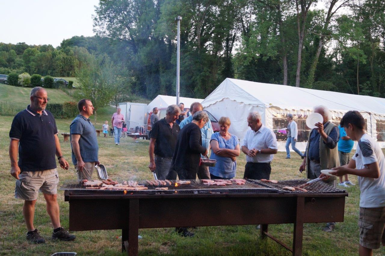 Autour des barbocs, les participants se chargent de la cuisson des grillades et saucisses.
