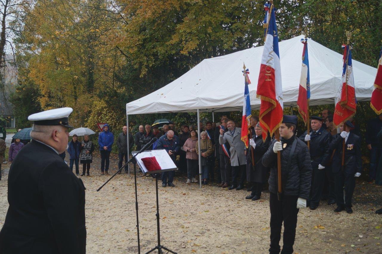 Alexy Delannoy, 12 ans, reçoit au nom de Madame la Ministres des Armées, le brevet de porte-drapeau reconnaîssant trois ans de services accomplis en qualité de porte-drapeau suppléant de l'APAC...