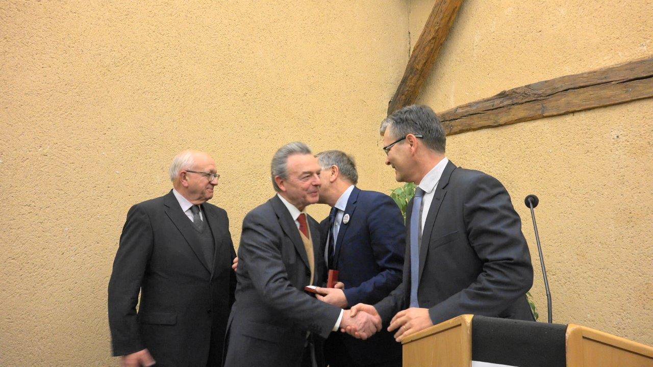 Si le sous-préfet Ronan Léaustic (à droite) ne parle pas, il serre, en revanche, volontiers la main !
