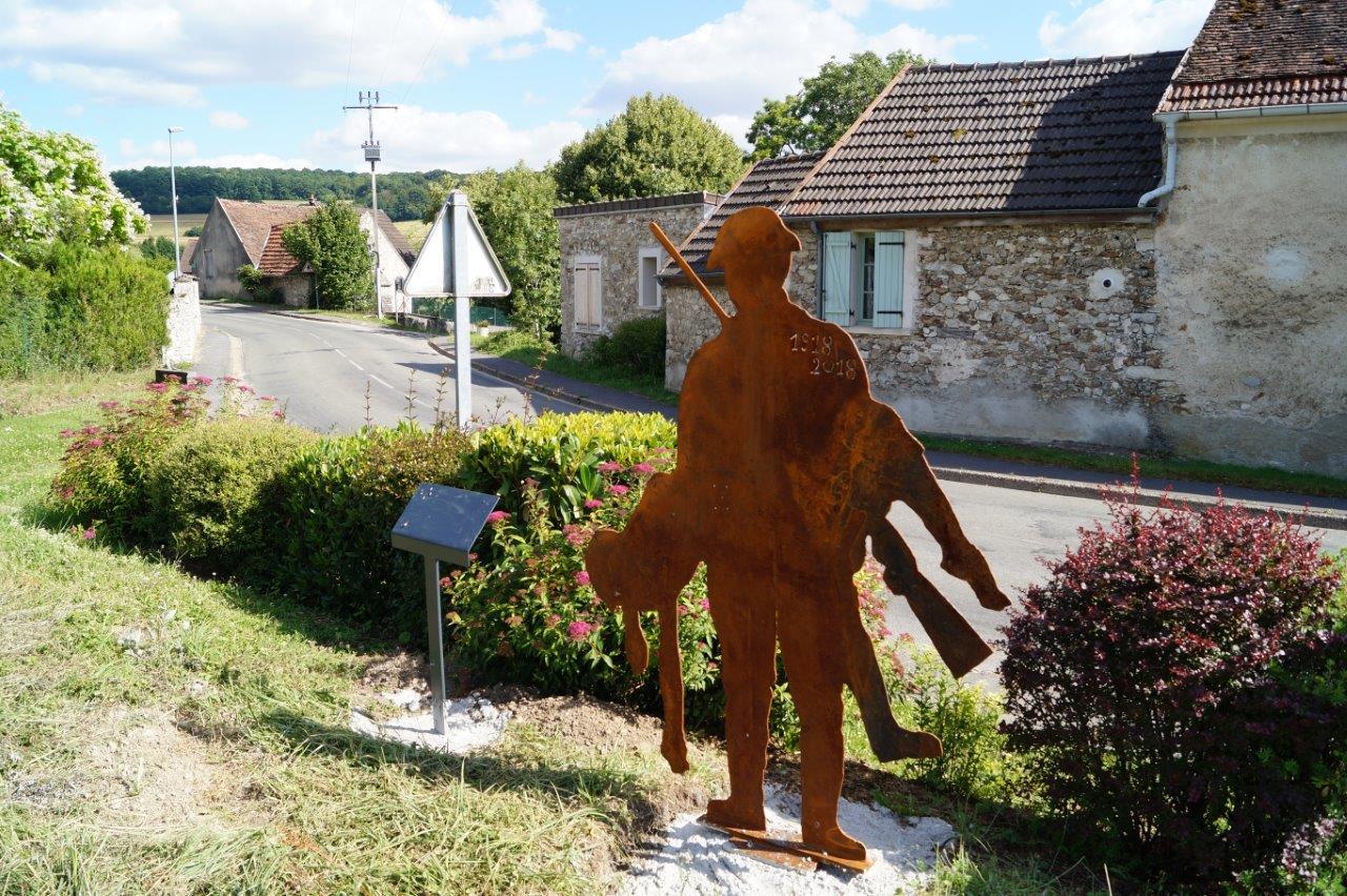 A Saint-Agnan, la silhouette d'un soldat américain est implantée non loin de l'église.